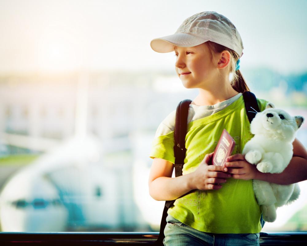 Sonstiges: Kind am Flughafen - Reisepass