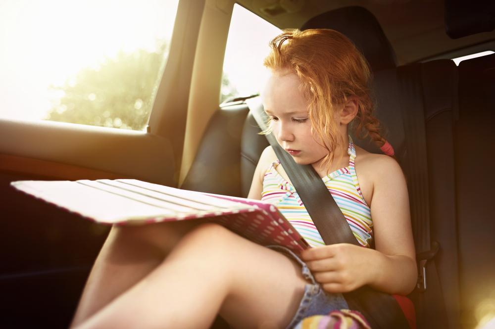 Sonstiges: Kind mit Tablet im Auto