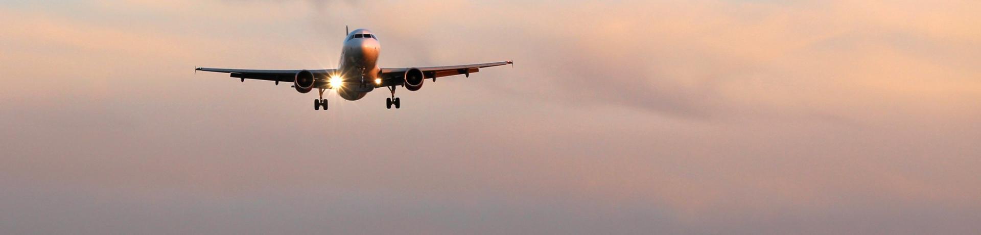 Flugzeug-Abend-Emotion_GI-637362468.jpg
