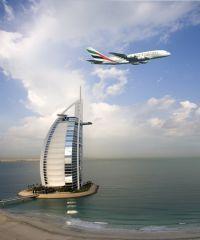 Emirates Flugzeug über Dubai
