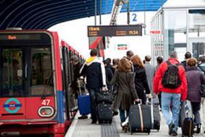 Passagiere beim Flughafen-Transfer in London