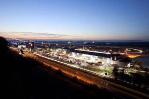 Der Flughafen Friedrichshafen bei Nacht