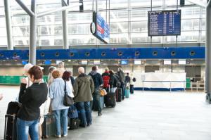 Warteschlage am Check-In Schalter Flughafen