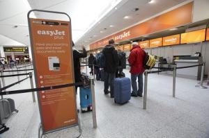 Check-in-Bereich von Easyjet in London-Gatwick