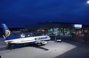 Flughafen Weeze Vorfeld mit Ryanair-Flieger
