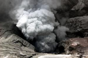 Aschewolke über einem Vulkan