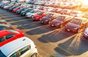 Autos auf Parkplatz