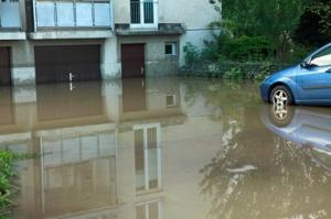 Überschwemmung vor einem Haus.