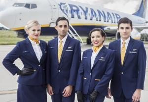Ryanair Flugbegleiter außerhalb des Flugzeugs
