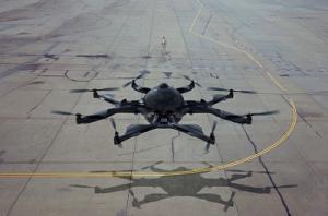 Drohne auf Rollfeld