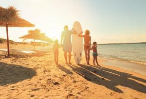 Familie: Urlaub, Strand, Surfen