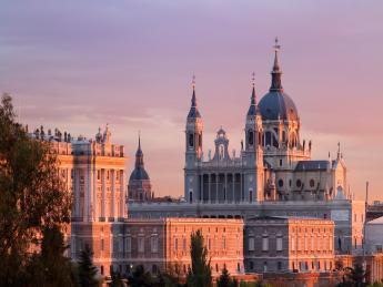 Almudena-Kathedrale bei Nacht - Madrid