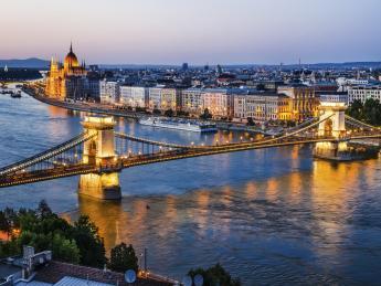 9404+Ungarn+Budapest+Kettenbrücke_am_Abend+TS_480857153