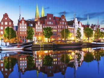 8561+Deutschland+Lübeck+Uferpromenade+TS_495700751