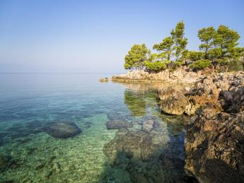 9248+Kroatien+Dalmatien+Rocky_Podgora_Beach+GI-610635490