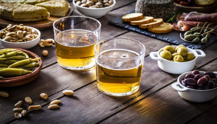 Tapas: Oliven - Bier - Peperoni - Brot - Schinken